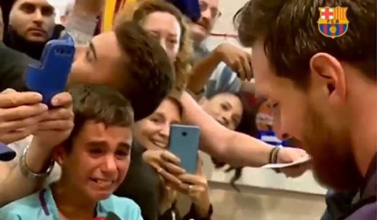 messi barcelona: Niño rompe en llanto al recibir autógrafo de Messi