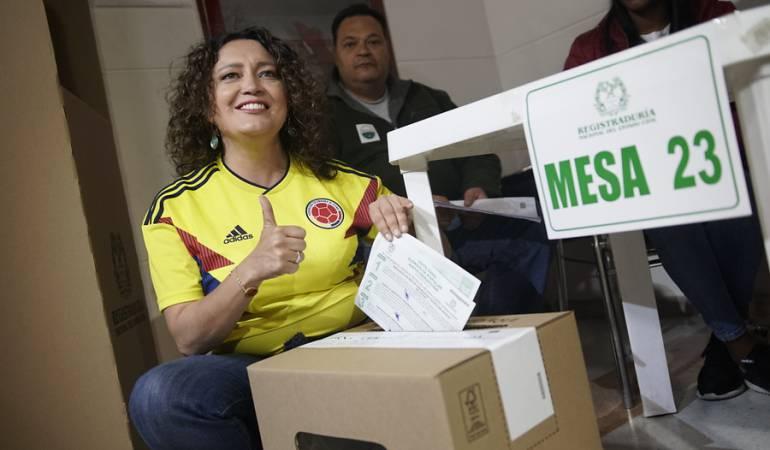 Angélica Lozano participando en la consulta anticorrupción.