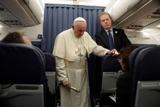 Rueda de prensa del Papa Francisco rumbo al Vaticano después de visita en Irlanda.
