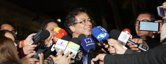 A la reunión también acude Gustavo Petro, actual senador y ex candidato presidencial