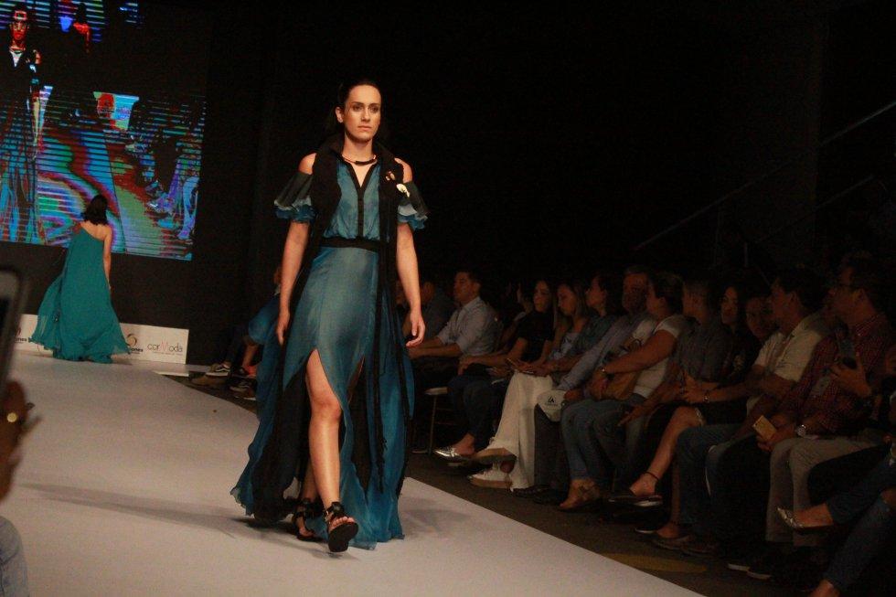 Y cerraron de la mejor forma las diseñadoras Juanita Artega, quien deslunbró a los asisntes con los impresionantes diseños de joyas que expuso en la pasarela de Ibagué Negocios y Moda.