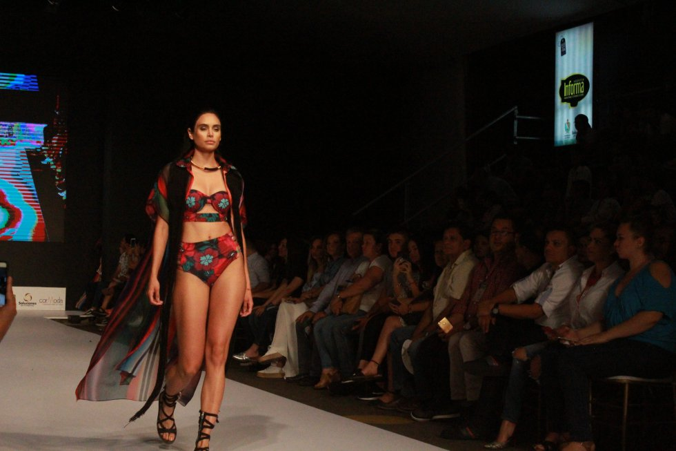 Y por otro lado, la cuota internacional Claudia Jiménez, de Perú, conquistó al público colombiano con sus prendas inspiradas en la diversidad femenina radicada en la cultura peruana.