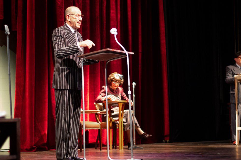 El actor Diego Vélez es uno de los personajes principales de la obra. Interpreta a Aldemar Bolaños hijo, fundador de la emisora Nuevos Mundos.