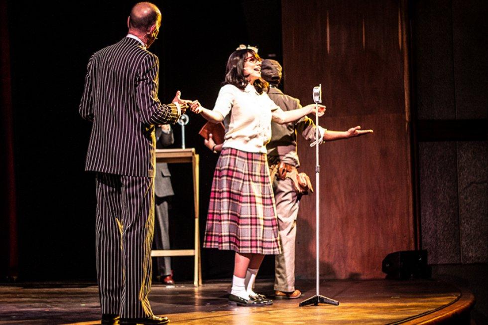 Laura Mayolo interpreta a Celeste palomera, la gran cantante de la emisora Nuevos Mundos.