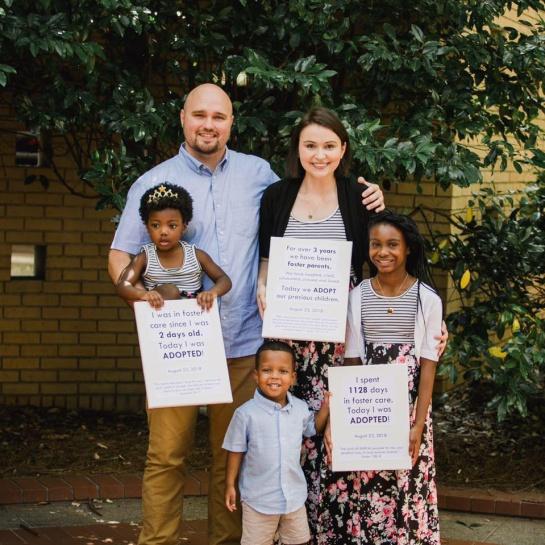 Foto de la pareja con los tres niños adoptados que ahora son sus hijos