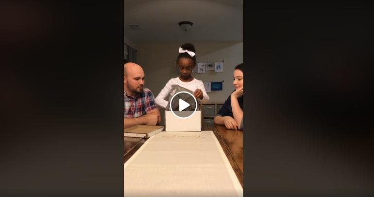 Reacción de una niña al enterarse que sería adoptada