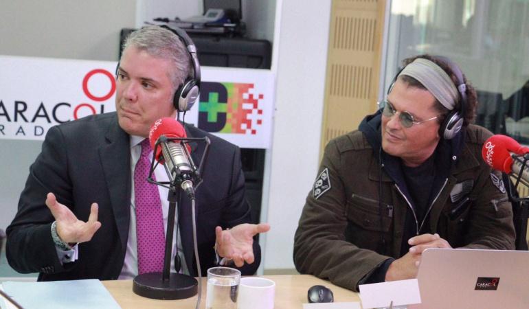 El presidente Iván Duque y Carlos Vives celebrando el cumpleaños número 70 de Caracol Radio