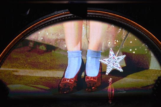 El misterioso robo y aparición de la zapatilla usada en la película de El Mago de Oz fue recuperada después de muchos años de darse por perdida.