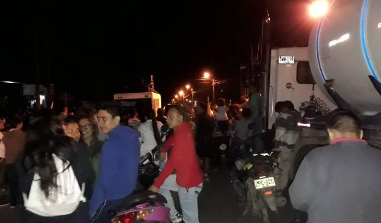 INCUMPLIMIENTOS EN EL PAE: Padres de familia bloquean vía Mocoa – Pitalito por retrasos del PAE