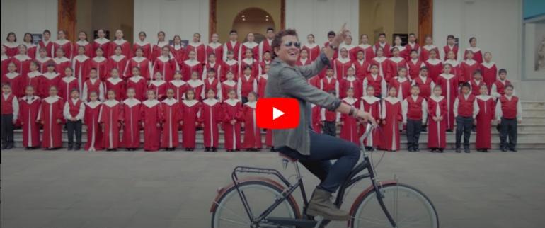 La protagonista del video es su esposa Claudia Elena Vásquez y la bicicleta es el hilo conductor de esta historia grabada en Lima, Perú.