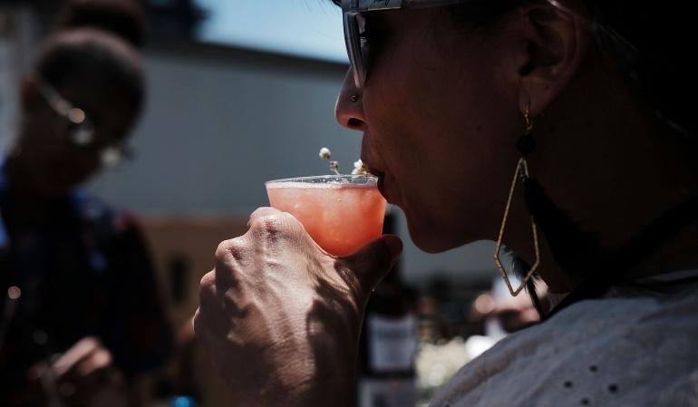 El alcohol lo ayuda a hablar mejor un idioma extranjero