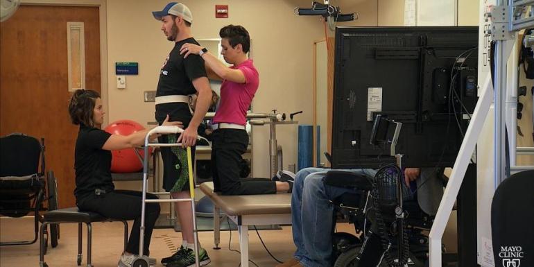 Discapacidades: Un parapléjico logró caminar con estímulos eléctricos en la espalda
