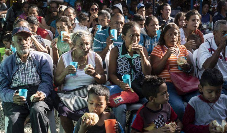 Personas refugiadas y migrantes venezolanas reciben pan en la Casa de Paso Divina Providencia, un centro de alimentación administrado por la Iglesia Católica y apoyado por ACNUR en Cúcuta, Colombia.