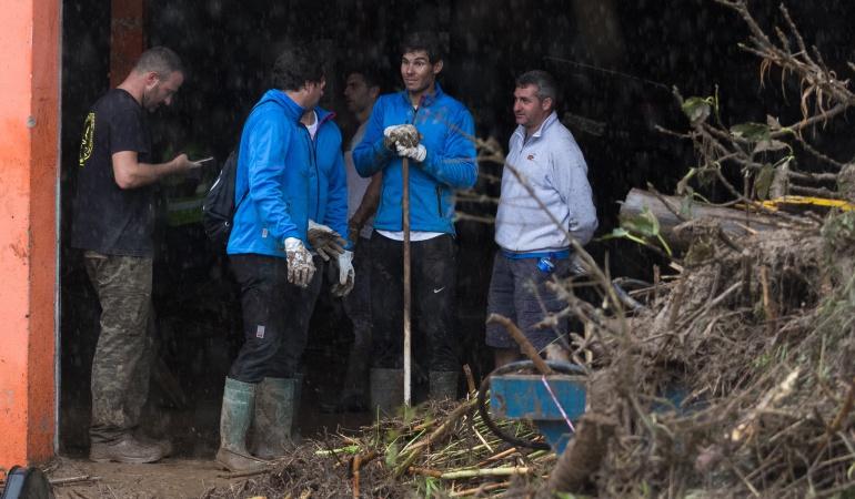 Rafael Nadal raqueta escoba: Nadal cambió raqueta por escoba para ayudar a víctimas de inundaciones