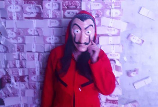 Los asistentes pueden vestirse con los 'monos' y las máscaras de Dalí que usan los personajes de la serie La casa de papel.