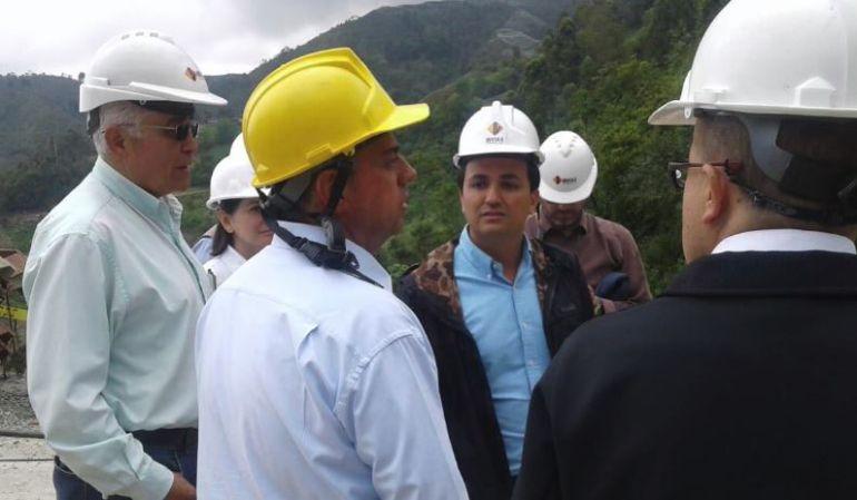 Foto de archivo del director del Instituto Nacional de Vías, Juan Esteban Gil Echavarría, atendiendo una emergencia invernal.