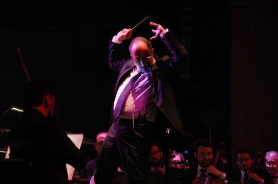 Paul Dury dirigiendo a la Orquesta Sinfónica Nacional.