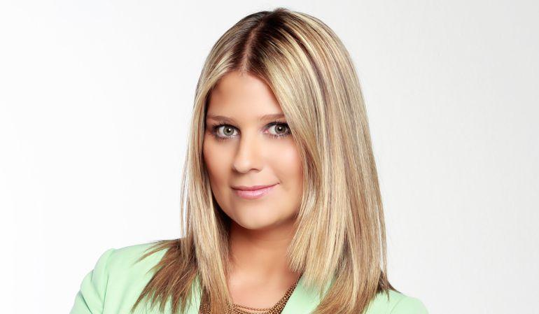 Periodista deportiva.: Andrea Guerrero calienta redes sociales con profundo escote