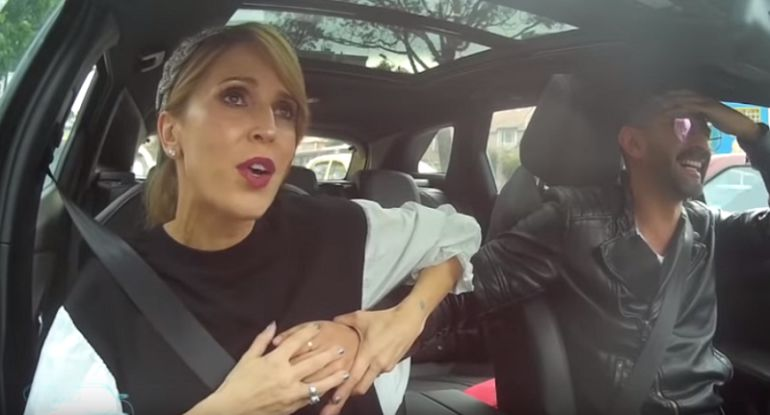 .¡Sin censura! Alejandra Azcárate pide a presentador que le toque el seno.