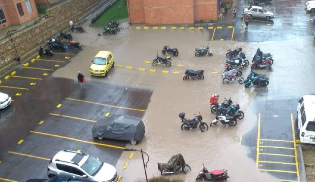 Fuertes lluvias inundan un conjunto residencial en Usme