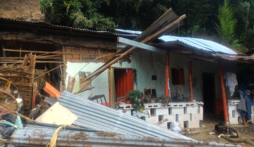 Deslizamiento de tierra: Una familia atrapada en deslizamiento de tierra en Pácora (Caldas)