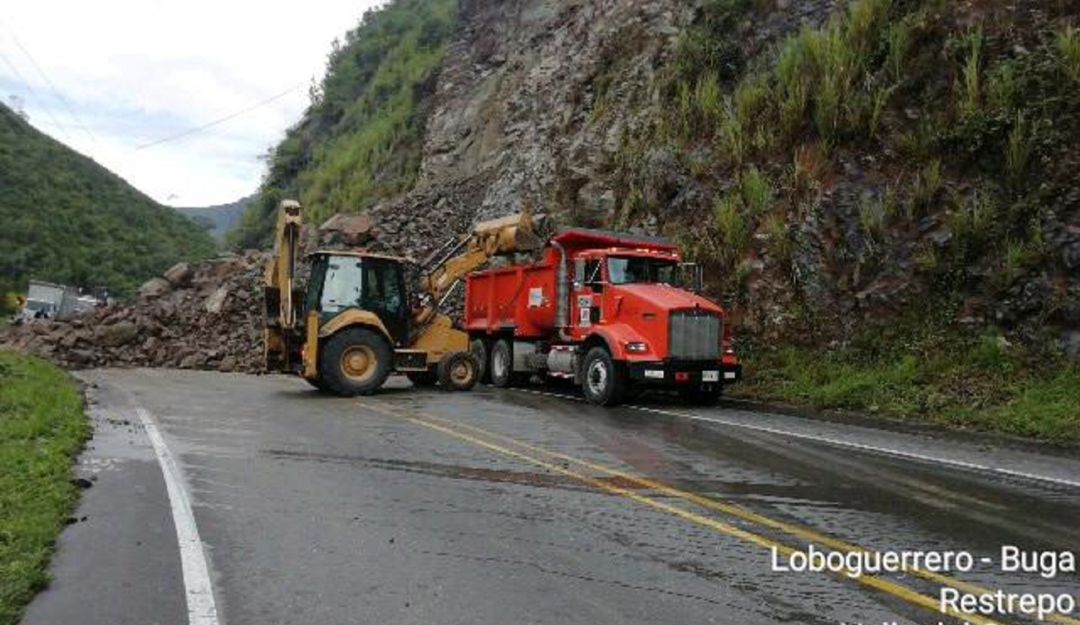 Derrumbe Buenaventura: Derrumbe por lluvias bloquean la vía a Buenaventura