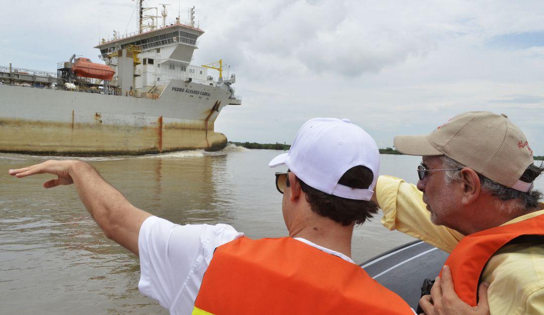Bocas de Ceniza: Tres buques aligeran carga ante restricciones en Canal de Acceso