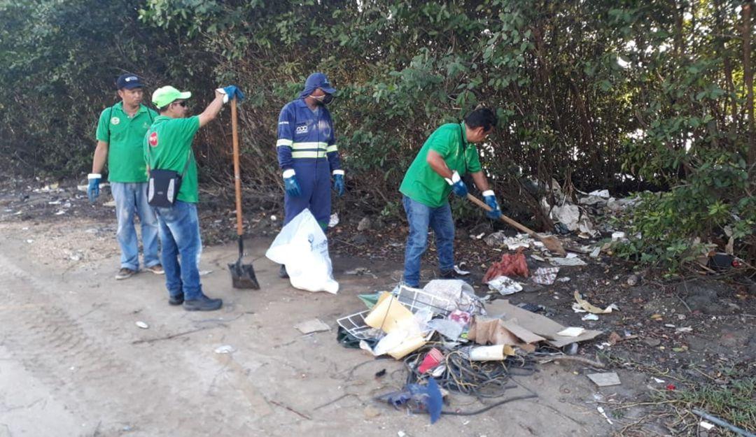 Limpieza de escombros en avenida del Lago en Cartagena: Limpieza de escombros en avenida del Lago en Cartagena