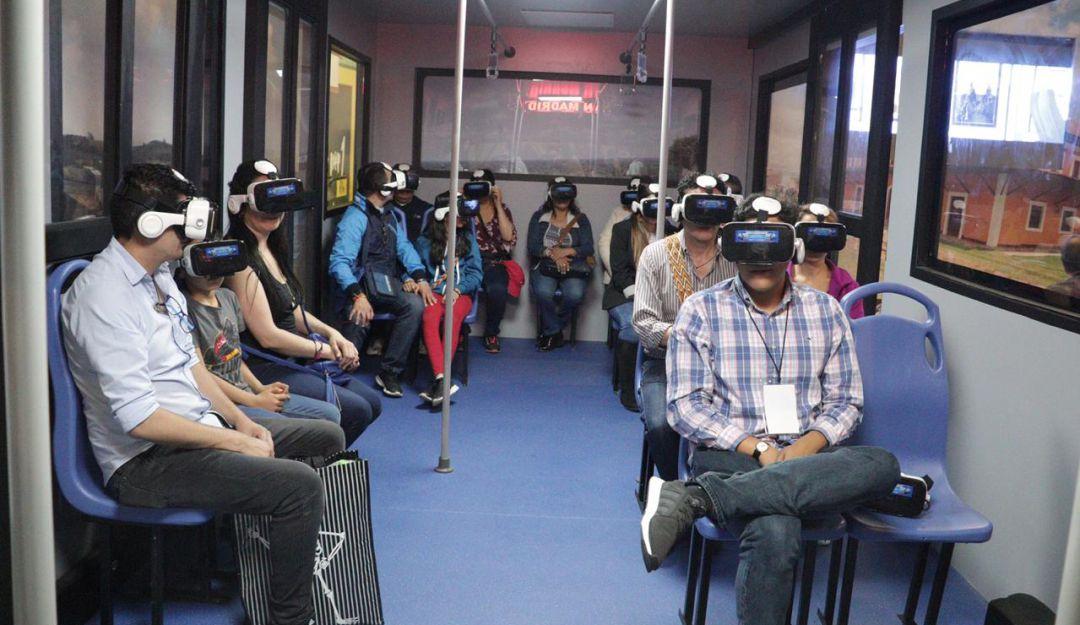 Asistentes a ExpoCundinamarca en un vagón de Regiotram, durante la experiencia de realidad virtual.