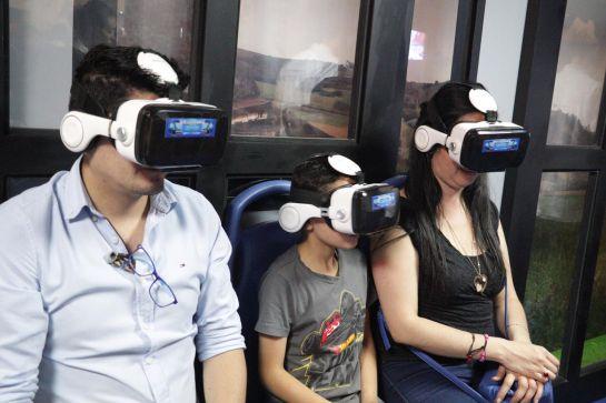 Una familia a bordo del simulador del Regiotram.
