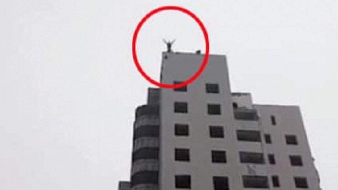 Trágica muerte de un joven al saltar con paracaídas desde un piso 14
