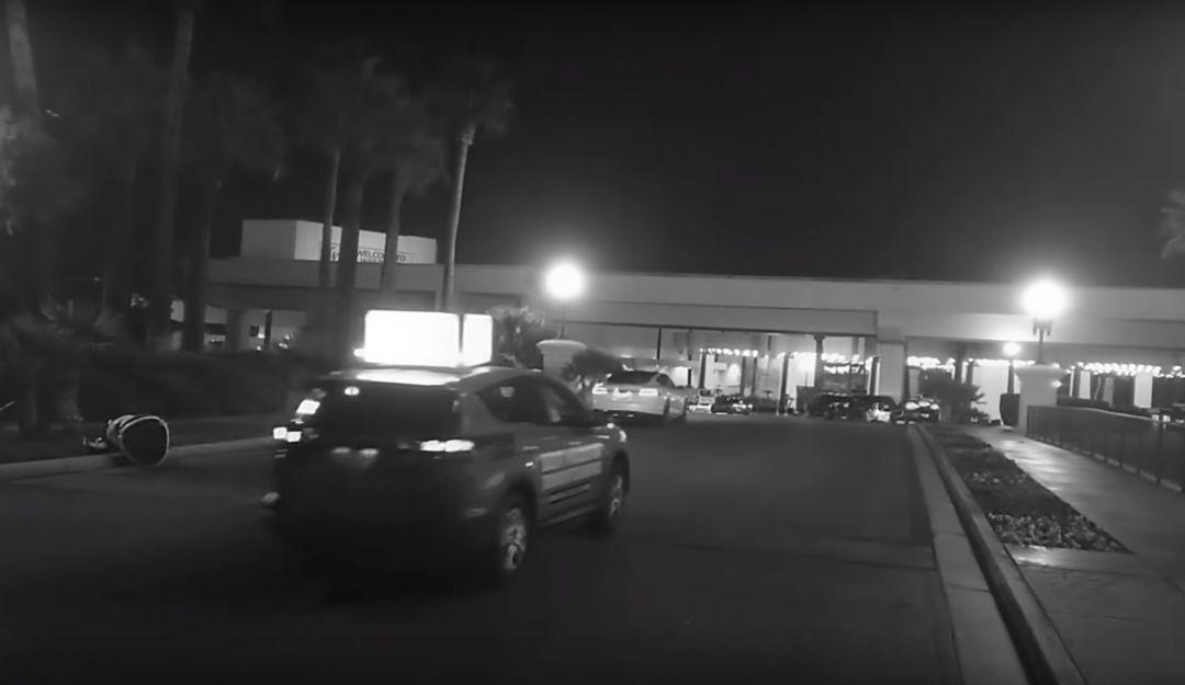 Robot atropellado por Tesla: Carro autónomo atropella a robot en feria de tecnología