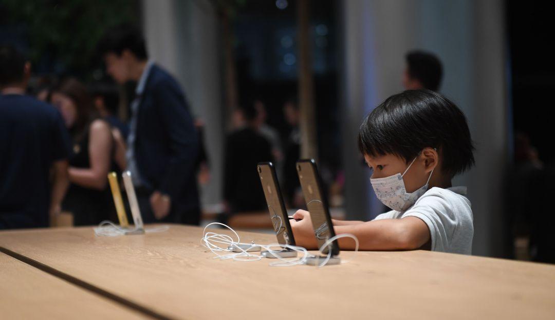 El arriesgado procedimiento que hizo un joven chino por un IPhone