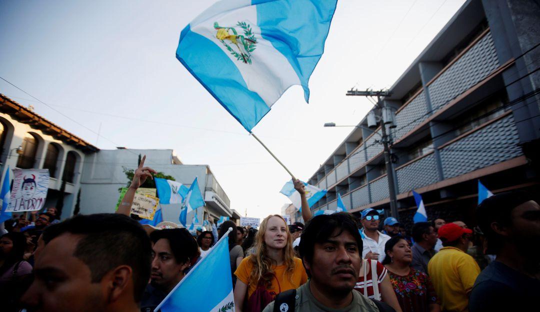 En medio de marchas presidente de Guatemala rinde cuentas de su Gobierno