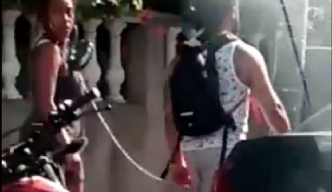 Un tipo 'saca a pasear' a su mujer encadenada como un perro