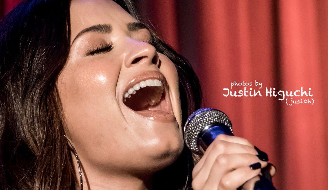 .Demi Lovato deslumbra como dama de honor con un vestido muy económico.