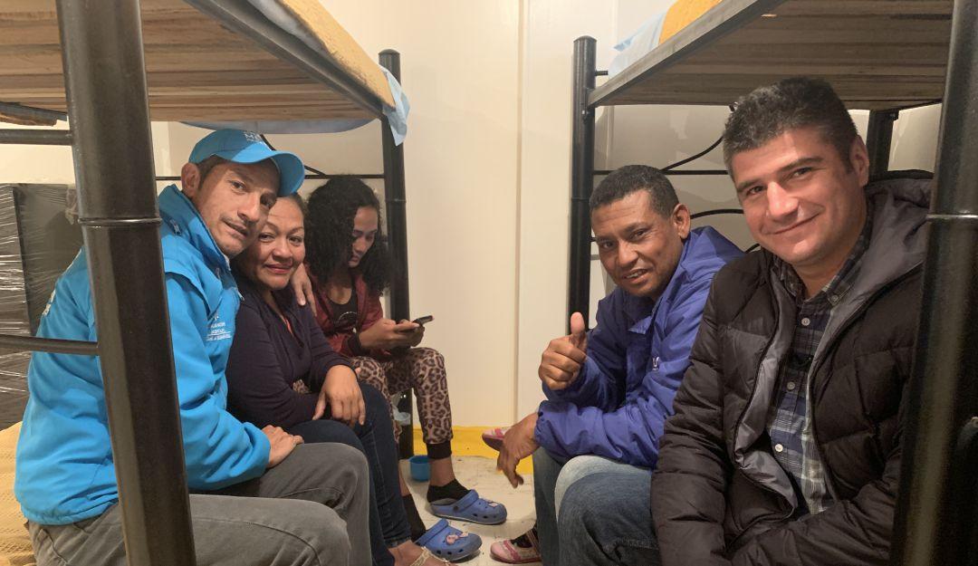 Venezolanos en Bogotá: En los zapatos de quienes atienden a los migrantes venezolanos en albergues