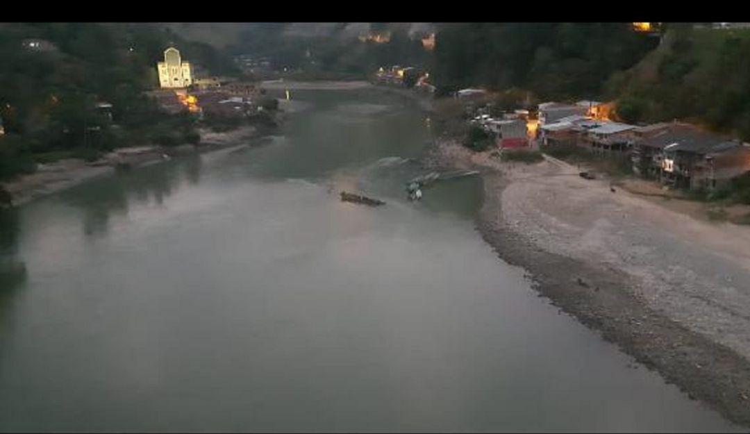 PUERTO VALDIVIA NIVEL DEL RÍO CAUCA: En Puerto Valdivia el río Cauca bajó que aparecieron cosas perdidas