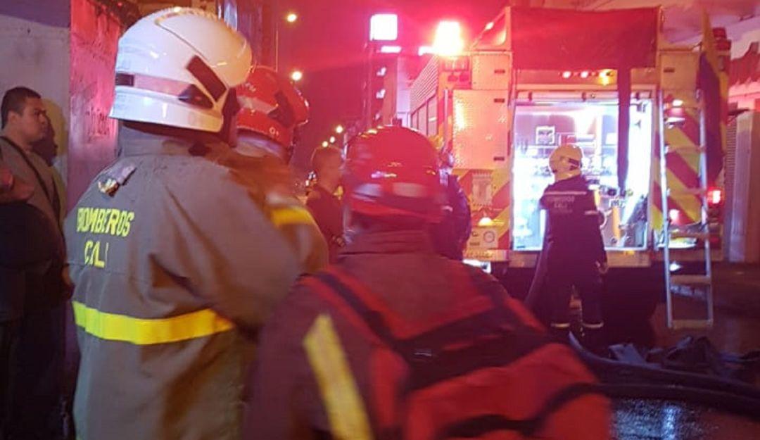 Incendio centro de cali: Bomberos controlaron incendio en el centro de Cali