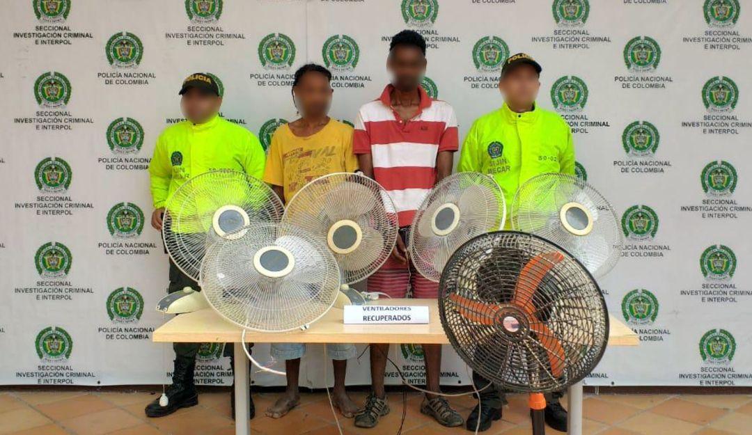 Hombres sorprendidos vendiendo elementos hurtados Cartagena: En Cartagena, hombres vendían en la calle todo lo que robaron de un colegio