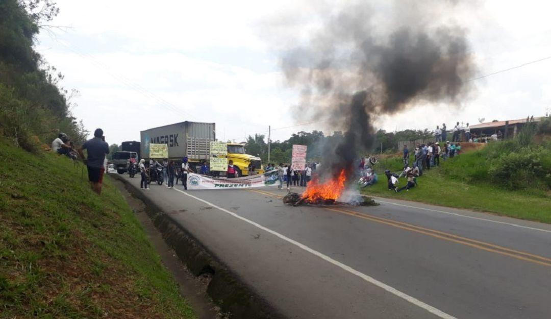 Indígenas bloquean la vía panamericana en el Cauca