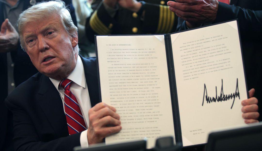 Trump firma el primer veto para financiar el muro con México