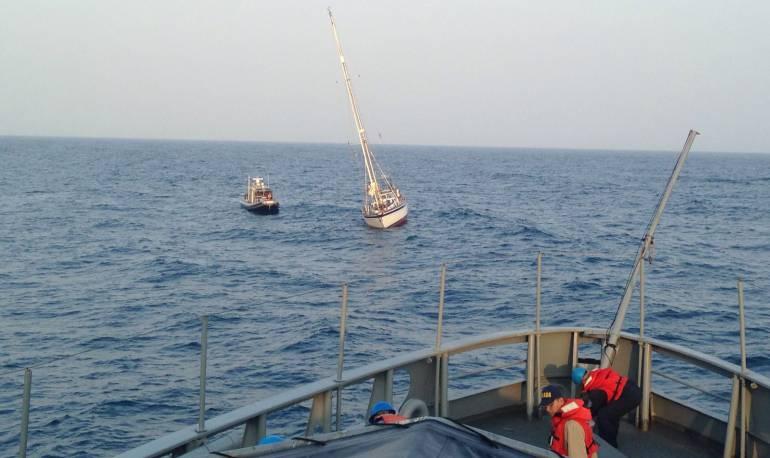 Resultado de imagen para Armada rescata de Velero a un Británico