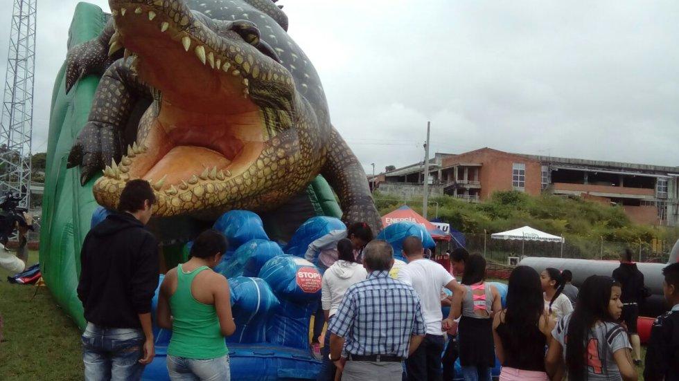 Una de las atracciones es este cocodrillo inflable donde los niños disfrutan