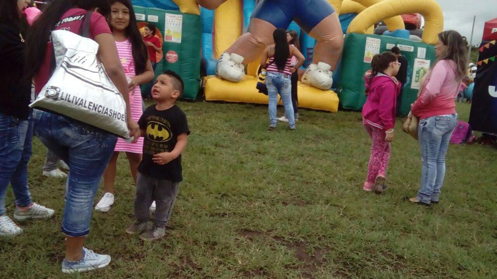 Los niños en compañia de la familia disfrutan de la recreación