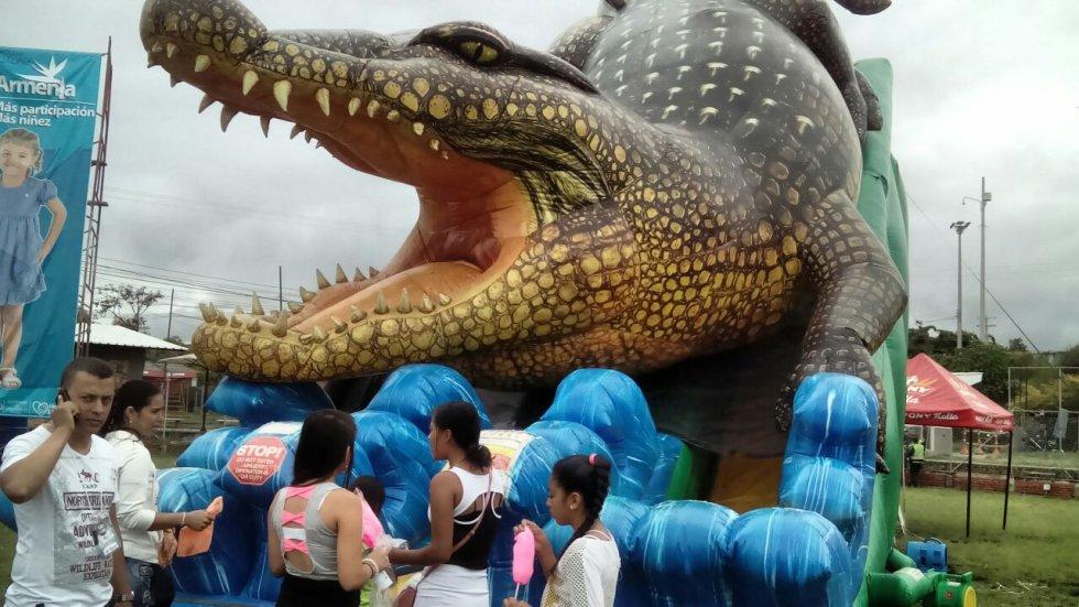 Diversión para todos lo gustos, el cocodrillo inflable una de las mayores atracciones