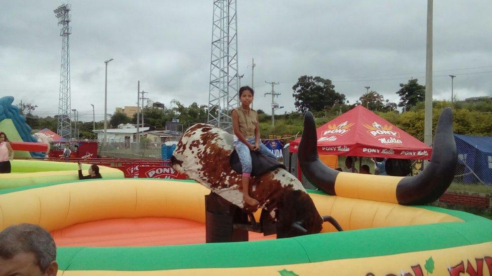 Hasta el toro mecánico tiene los niños para disfrutar