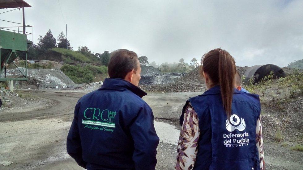 Director de CRQ Jhon James Fernandez y Defensora del Pueblo, Piedad Correal verifican obras de mitigación ambiental