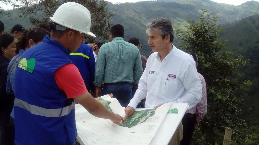 El Director del Invías, Carlos Alberto García Montes revisa planos de las obras del Túnel de la Línea