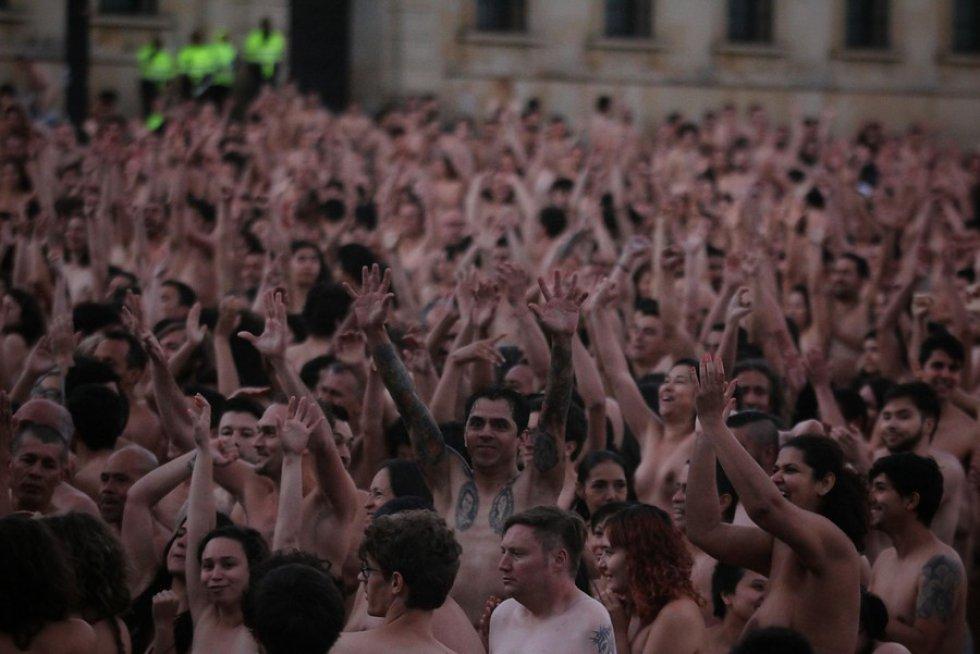 Para Tunick, esta sería una forma de utilizar el cuerpo al margen del crimen y la violencia, y será mucho más fácil al ser un desnudo colectivo que individual.